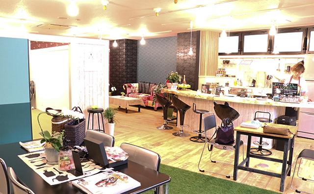 カフェとオフィスが一体化した空間